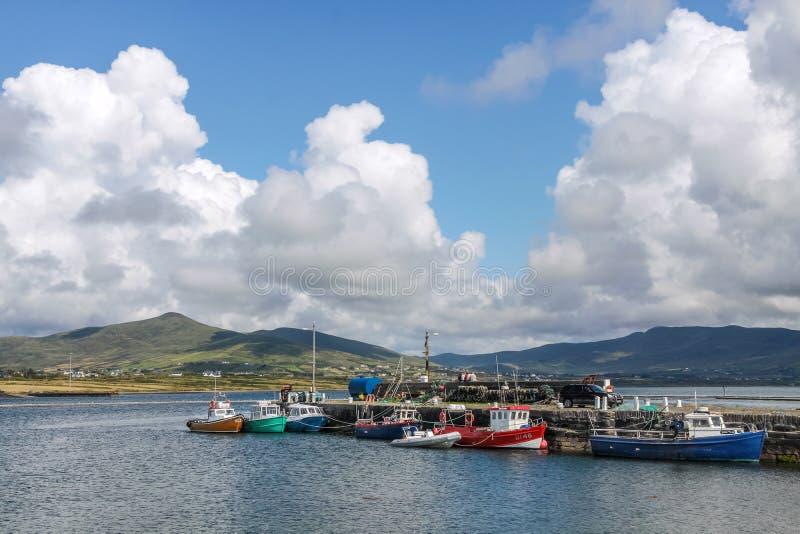 Fischerboote im Hafen von Valentia Island stockbilder