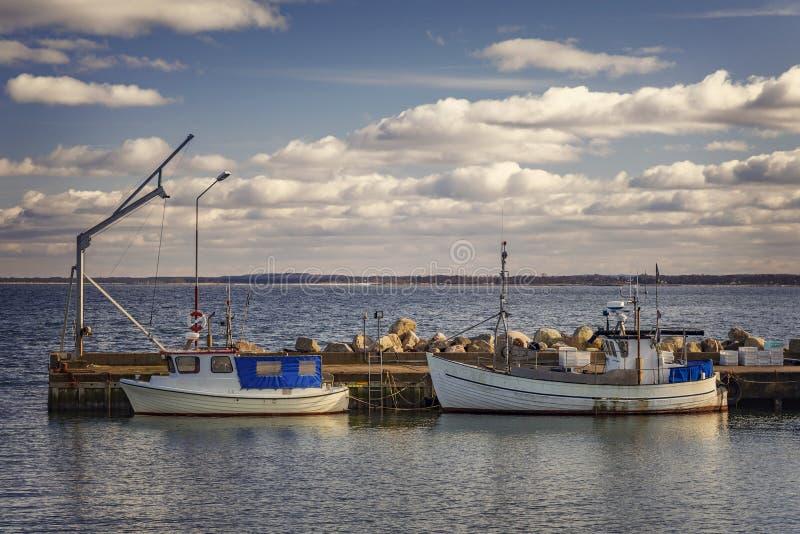 Fischerboote im kleinen Hafen stockbild