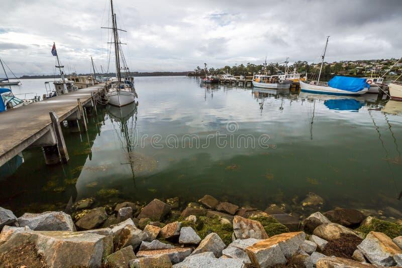 Fischerboote koppelten an der Anlegestelle, Bucht von Feuern an stockfotografie