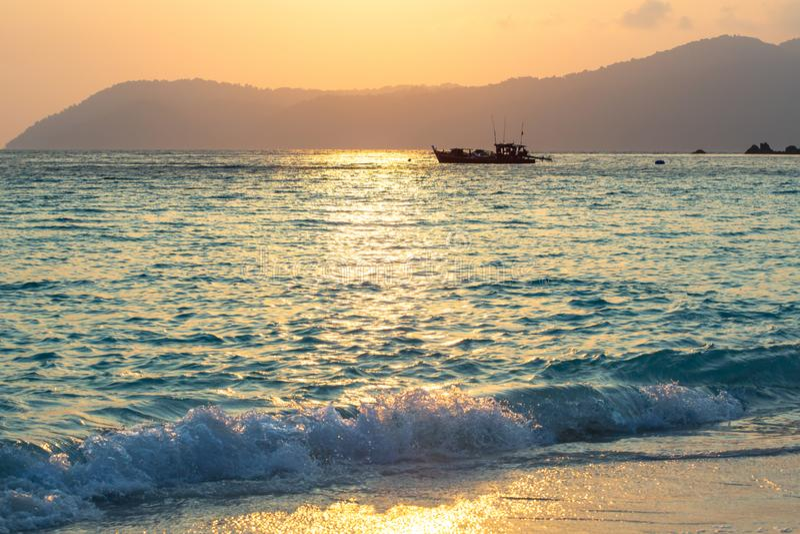 Fischerboote machen bei Sonnenuntergang fest stockbilder