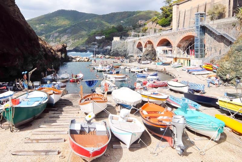 Fischerboote mit der Angelausrüstung angekoppelt im Hafen Framura, La Spezia, Ligurien, Italien stockfotos