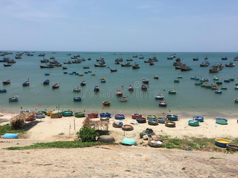 Fischerboote an Mui Ne-Dorf, Vietnam lizenzfreies stockfoto