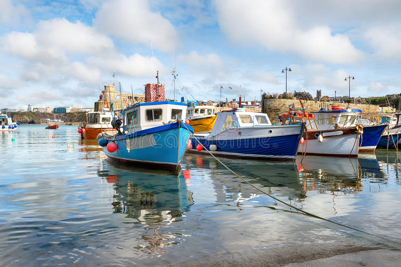 Fischerboote an Newquay-Hafen stockfotos