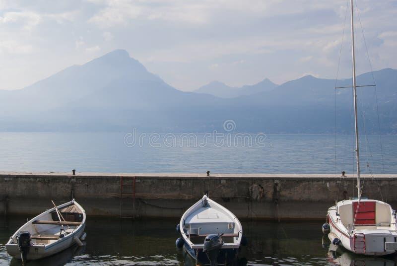 Fischerboote, See Garda, Italien lizenzfreie stockfotos