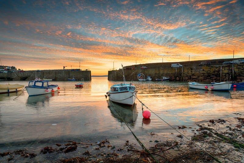 Fischerboote am Sonnenaufgang lizenzfreie stockfotos