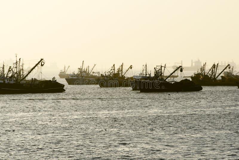 Fischerboote am Sonnenuntergang lizenzfreie stockbilder