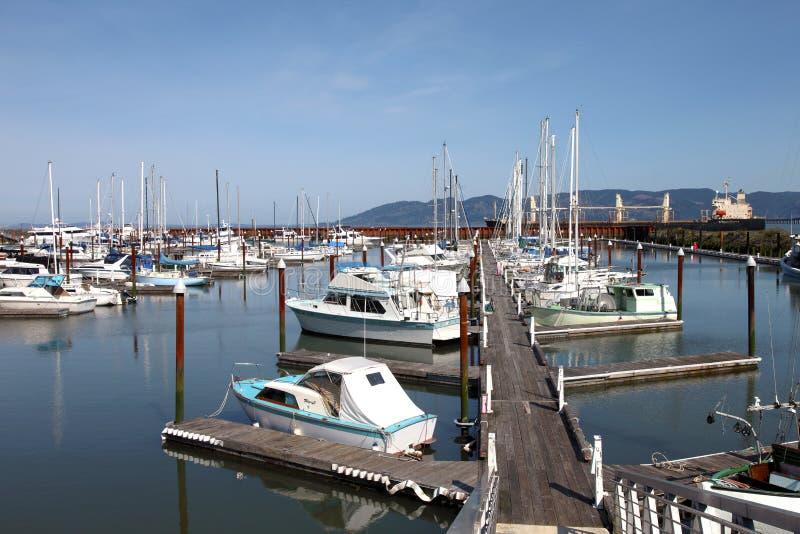 Fischerboote u. kleine Yachten in einem Jachthafen. stockfoto