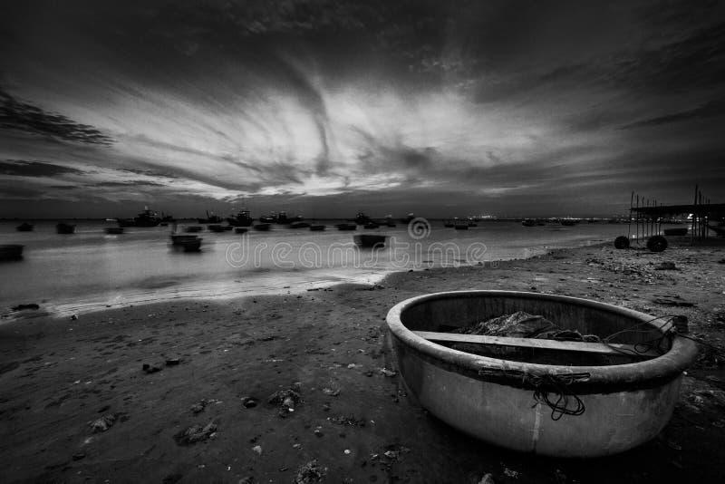 Fischerboote und Körbe bei Sonnenuntergang stockfoto