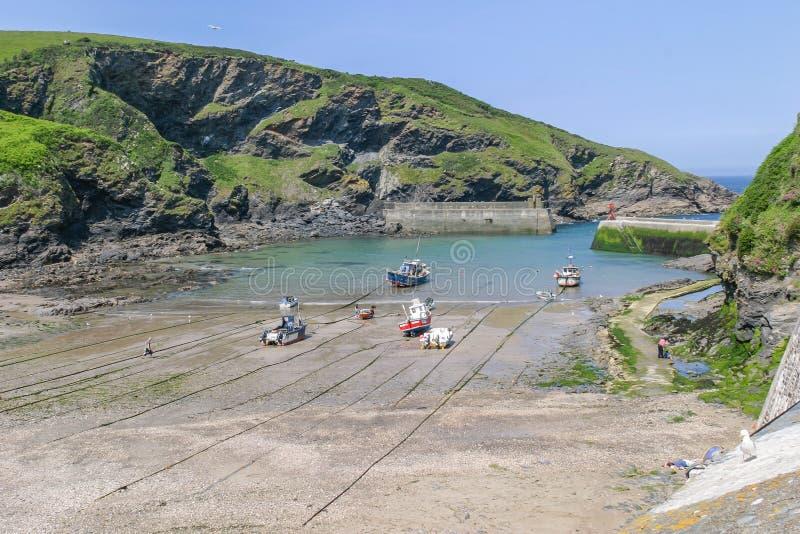 Fischerboote zogen auf Hafen-Isaac-Strand, Cornwall, Großbritannien hoch stockfotografie