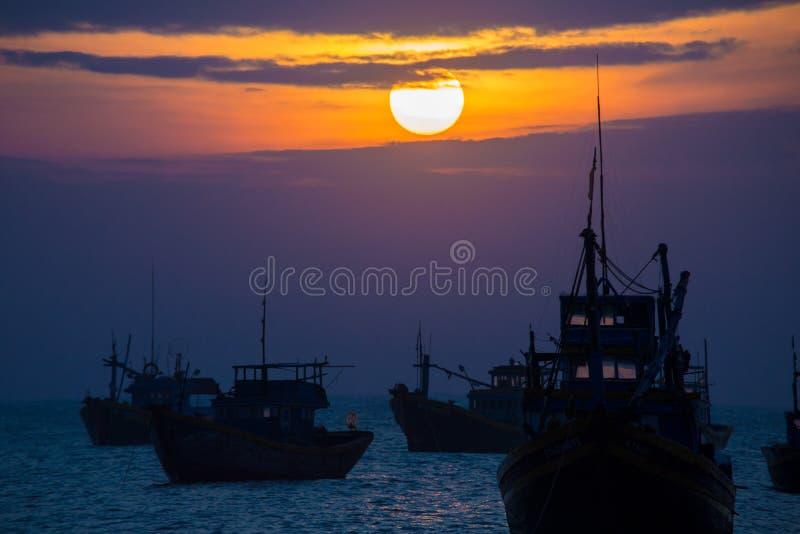 Fischerbootschattenbilder bei Sonnenuntergang lizenzfreie stockfotos