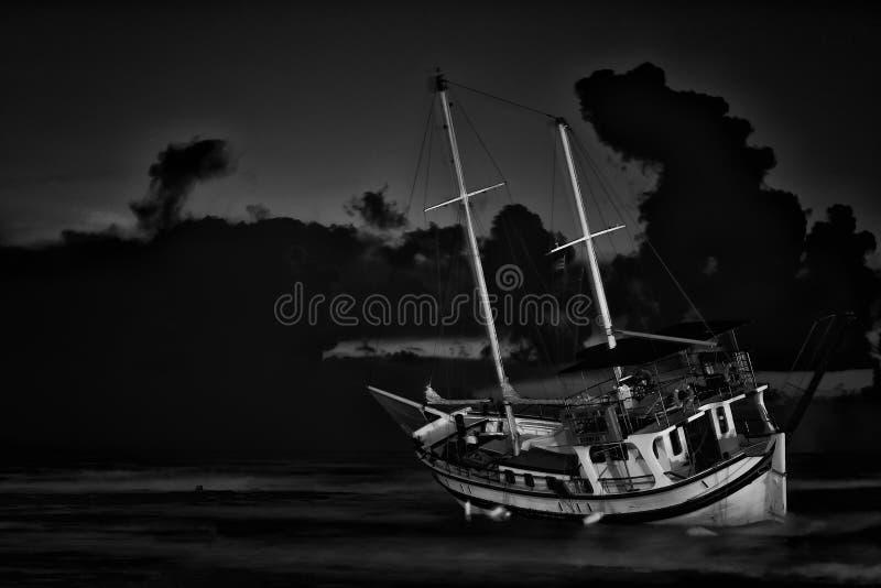 Fischerbootschiffbruch oder -aufgegebenes Schiffswrack , Ruinierte Boot verlassenen Stand auf Strand in Rhodos lizenzfreie stockbilder