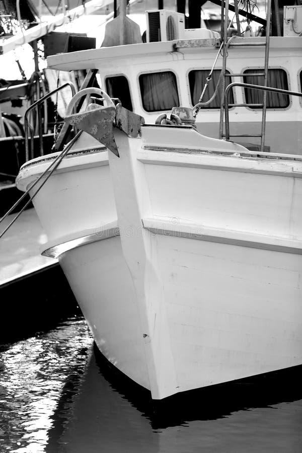 Fischerbootschleppnetzfischer b&w stockbilder