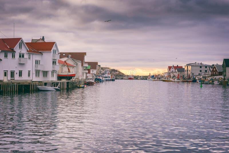 Fischerdorf Henningsvaer in Lofoten-Inseln, Nord-Norwegen in Kabeljau skrei Jahreszeit stockfotos