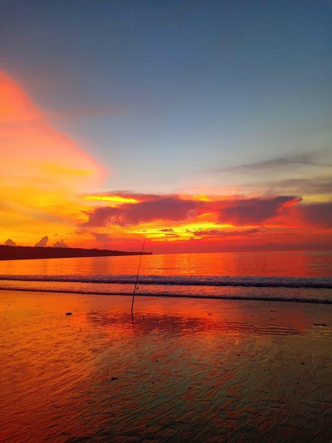 Fischerei auf dem Bali-Strand Wunderbarer Sonnenuntergang lizenzfreie stockbilder