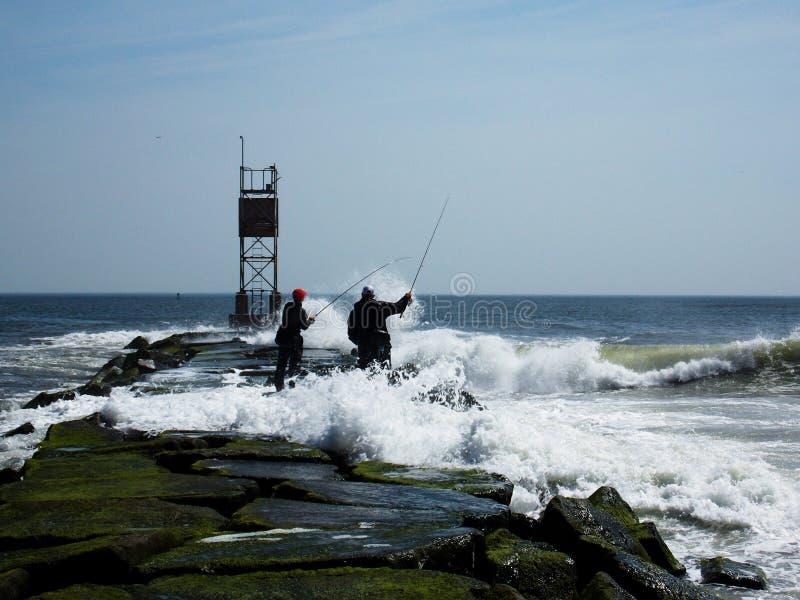 Fischerei auf den Felsen lizenzfreie stockfotos