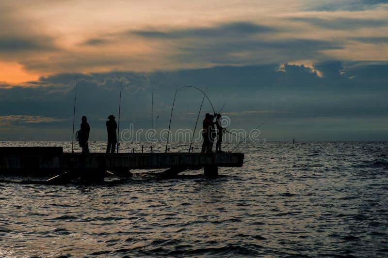 Fischerei des Einheimischen auf Meer in thailändischem lizenzfreies stockfoto