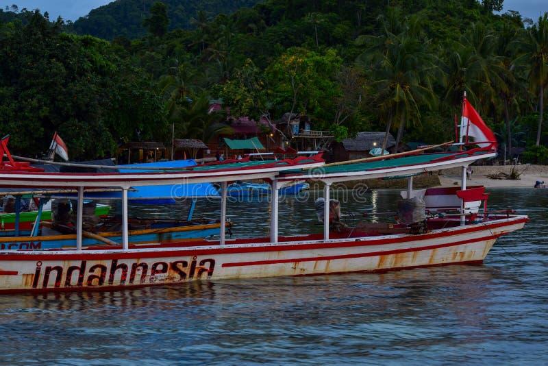 Fischerei des hölzernen Bootes nahe pahawang Insel Bandar Lampung indonesien stockfoto