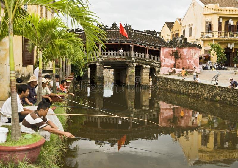 Fischerei durch die abgedeckte Brücke lizenzfreies stockfoto