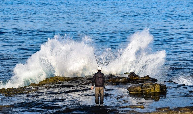 Fischerei durch die Brandung in La Jolla, Kalifornien stockfotos