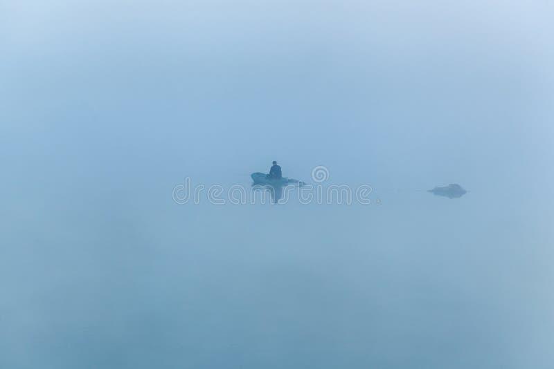 Fischerei im frühen Morgen lizenzfreie stockbilder
