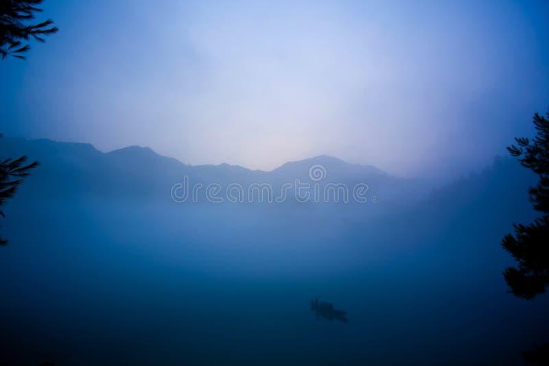 Fischerei im Morgen des Nebels lizenzfreie stockfotografie