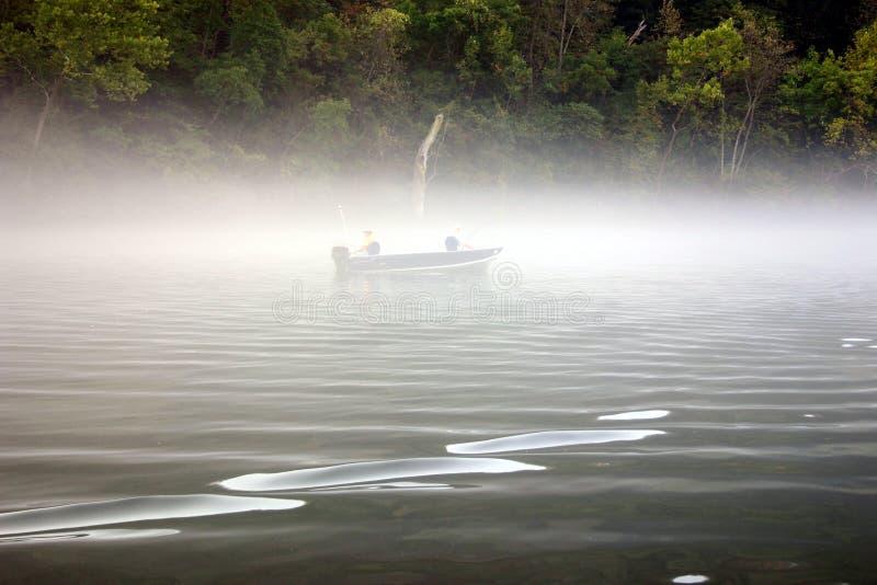 Fischerei im Nebel lizenzfreie stockbilder
