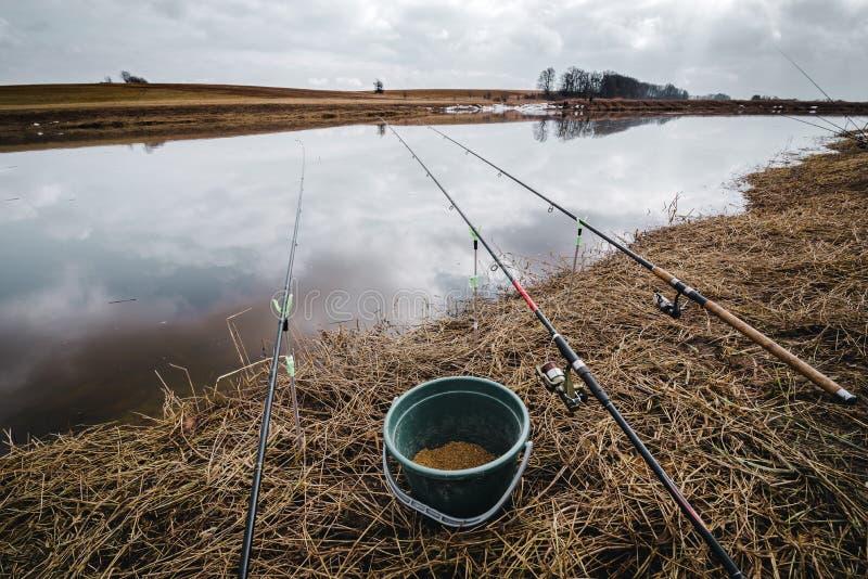 Fischerei im Vorfrühlingsfluß Angeln auf dem Ufer von Fluss litauen lizenzfreies stockfoto