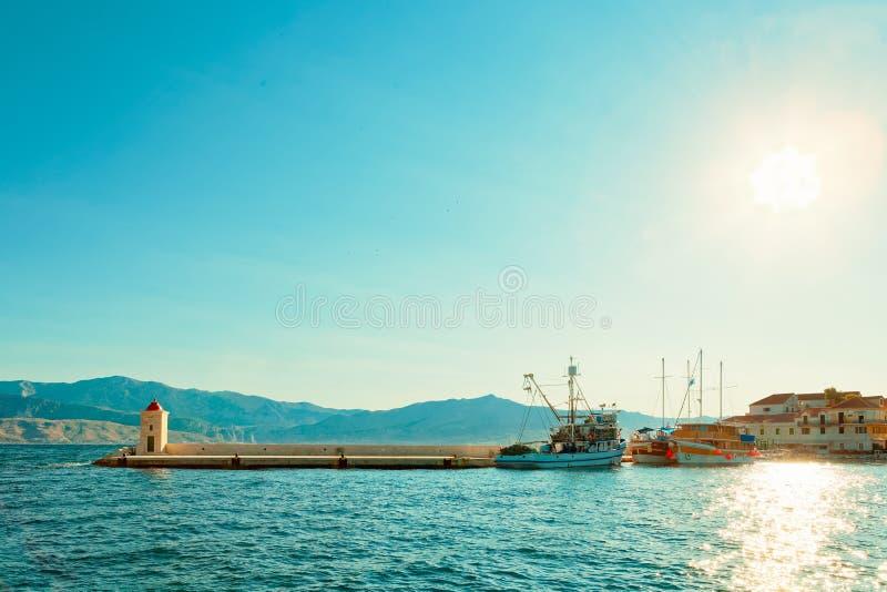 Fischerei Schleppnetzfischer und ein Boot im schönen Hafen einer Kleinstadt Postira - Kroatien, Insel stockbilder