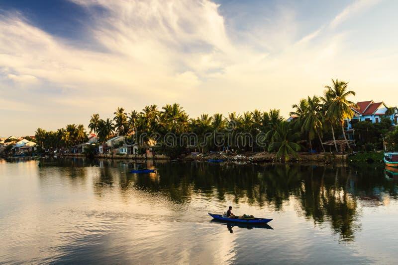 Fischerei in Thu Bon-Fluss, Quang Nam, Vietnam lizenzfreies stockbild