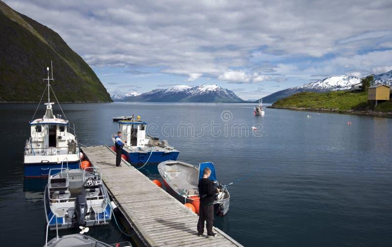 Fischerei vom Dock im Fjord stockfoto