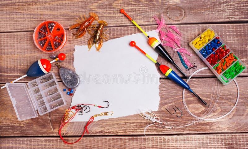 Fischereiausrüstung auf hölzernen Brettern stockfotografie