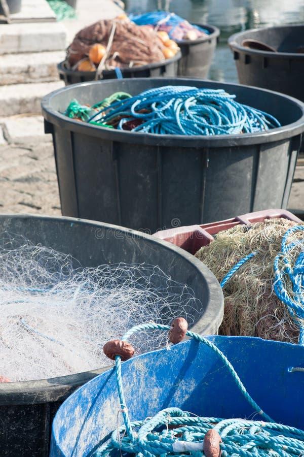 Fischereiausrüstung im Kai des Fischers lizenzfreie stockbilder