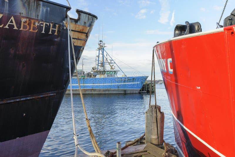 Fischereifahrzeug Retriever gestaltet durch zwei Fischerboote stockfotografie