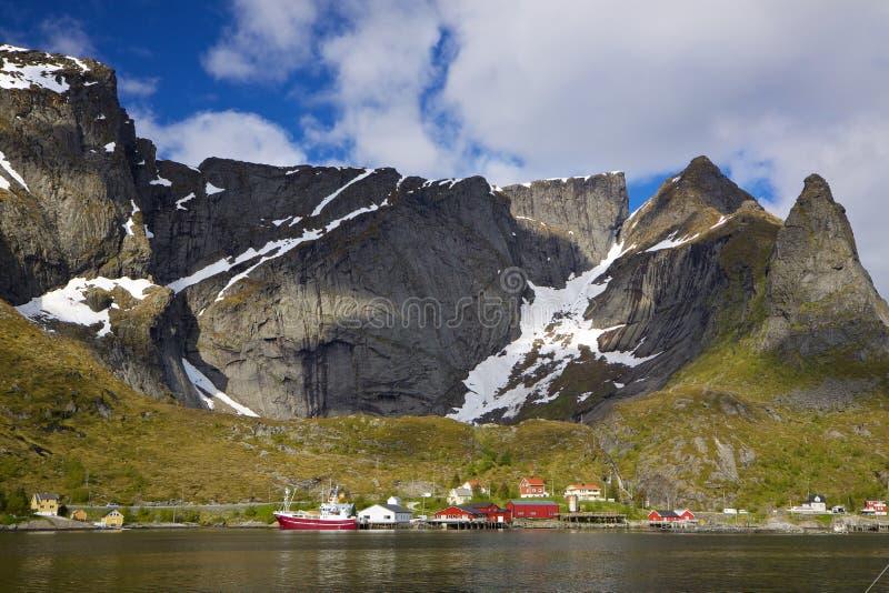 Download Fischereihafen im Fjord stockbild. Bild von reine, skandinavien - 26354329