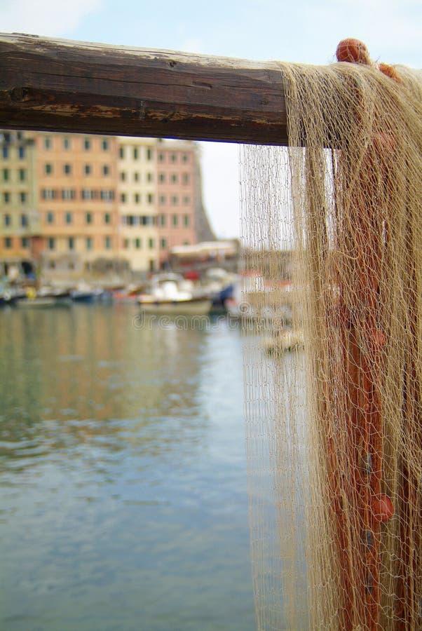 Fischernetz ausgebreitet im Hafen stockbild