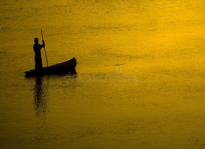 Fischerschattenbild am Sonnenuntergang lizenzfreie stockfotografie