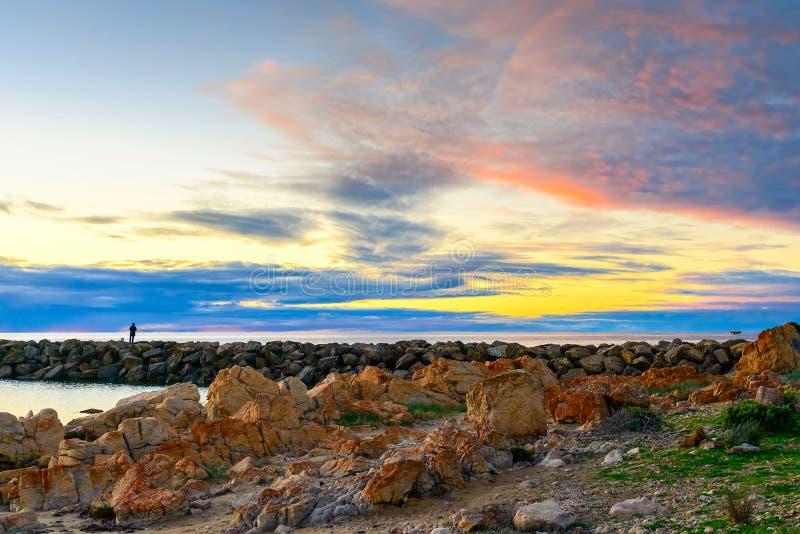 Fischerschattenbild am Sonnenuntergang lizenzfreies stockfoto