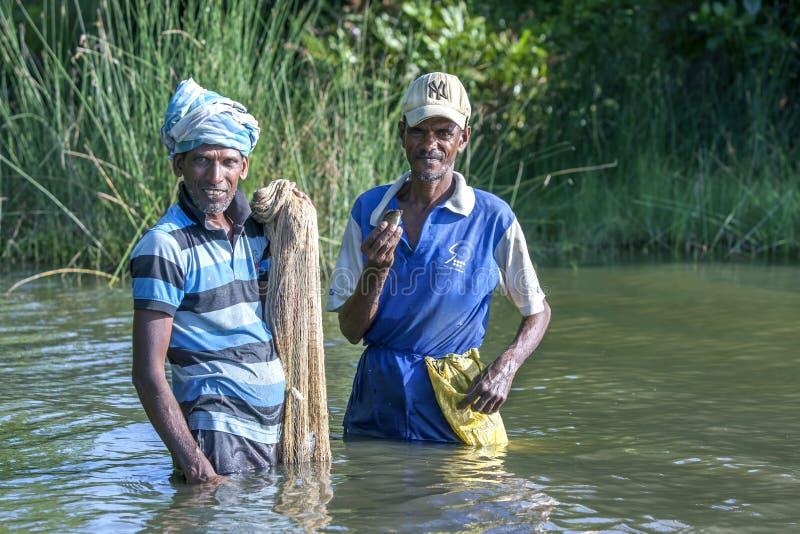 Fischertaille tief in Pottuvil-Lagune in Sri Lanka stockbilder