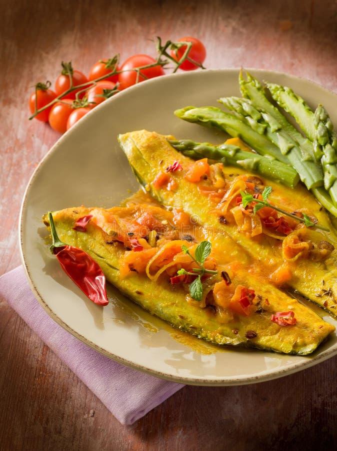 Fischfilet mit Pfeffer des heißen Paprikas der Tomate lizenzfreies stockbild