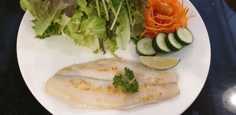 Fischgemüsesalat mit Gurkenkarottenzitrone für gesundes Menü lizenzfreie stockfotografie