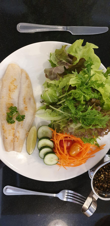 Fischgemüsesalat mit Karottengurke für hohe Nahrung stockfotografie