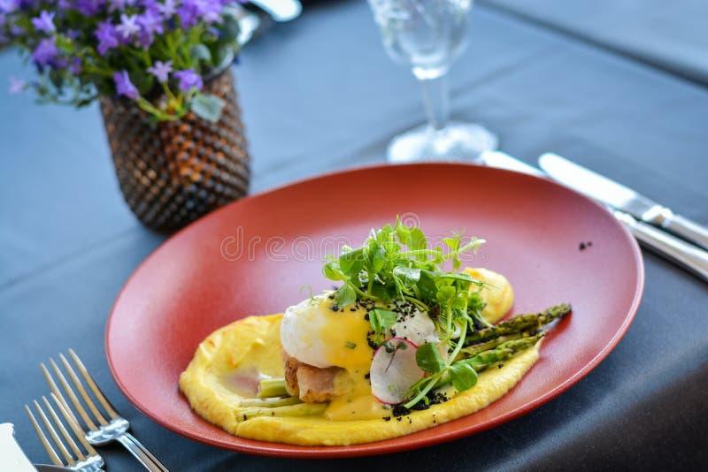 Fischgericht mit Püree auf roter Platte im Restaurant lizenzfreies stockfoto