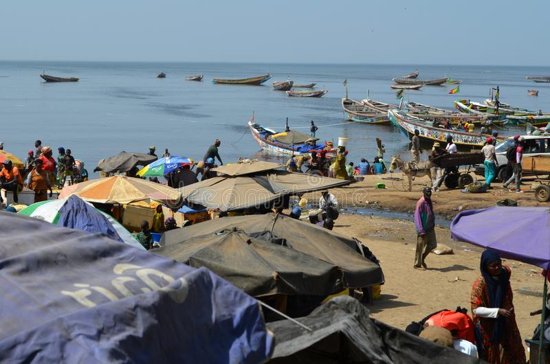 Fischmarkt am Strand von Mbour, zierliches CÃ'te, Senegal lizenzfreie stockfotografie