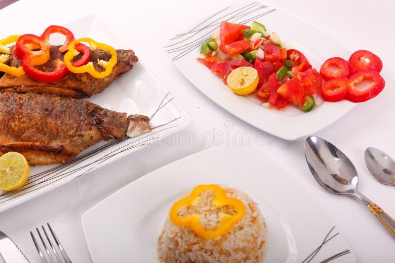 Fischmehl mit Salat lizenzfreies stockfoto