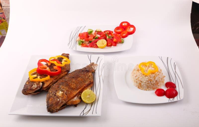 Fischmehl mit Salat lizenzfreies stockbild