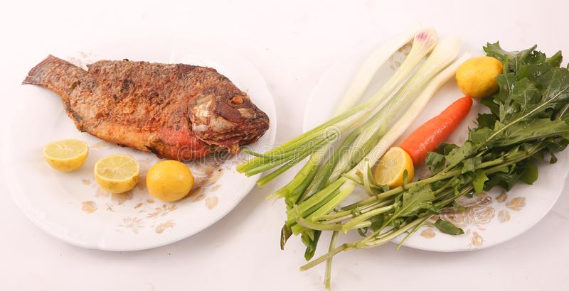 Fischmehl mit Salat lizenzfreie stockbilder