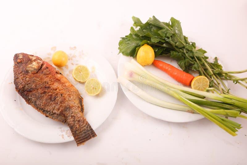 Fischmehl mit Salat stockfotografie