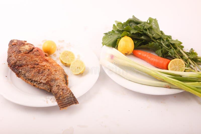 Fischmehl mit Salat stockfoto