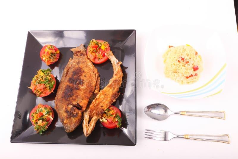 Fischmehl mit Salat stockbilder