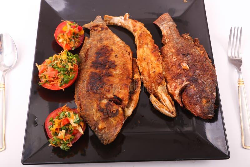 Fischmehl mit Salat stockfotos